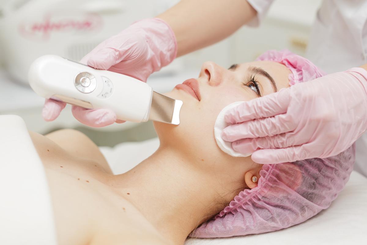 Ультразвуковая чистка лица в салоне красоты DermaLife